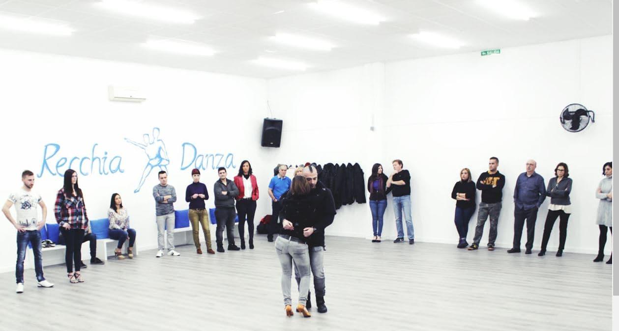 profesores de baile dando una clase de kizomba a sus alumnos